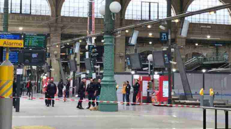 Man arrested in Paris station for threatening police with knife